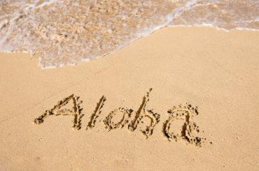 砂浜に書かれたアロハ
