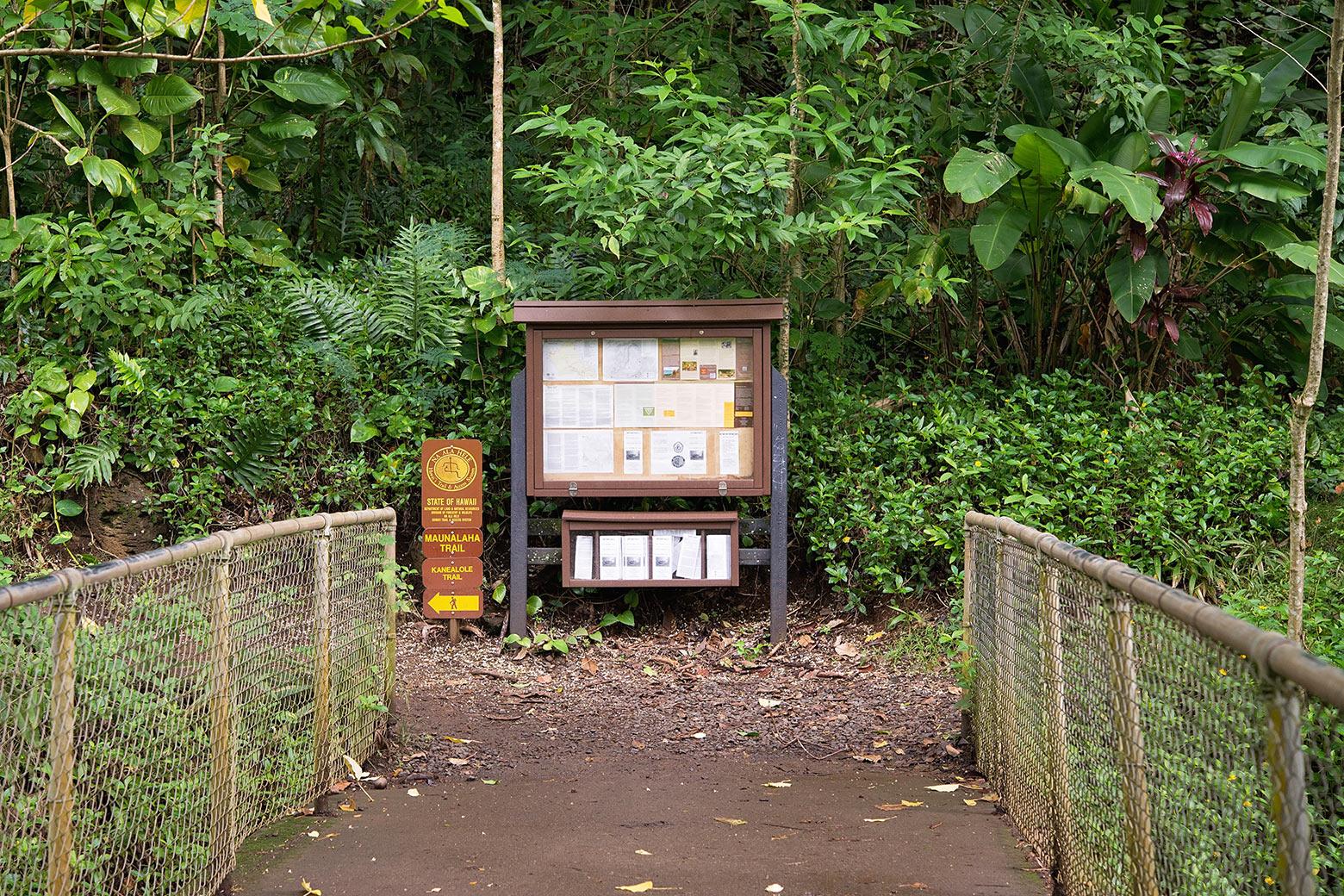 カネアロレ・トレイルとマウナラハ・トレイルの交差点にある標識と掲示板
