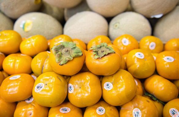ホノルル市内のスーパーに並ぶ富有柿